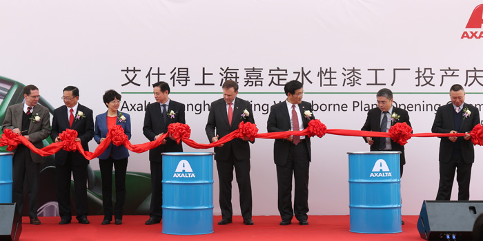 Axalta Chairman & CEO Charlie Shaver, Axalta executives and guests cutting the ribbon to open Axalta's new waterborne coating manufacturing facility in the Jiading district of Shanghai, China. (Photo: Business Wire)