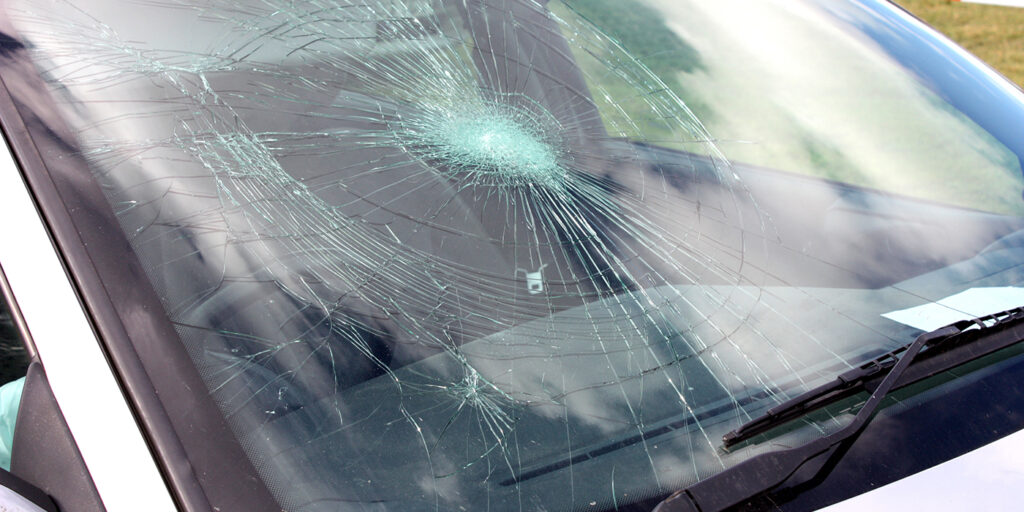 This image has an empty alt attribute; its file name is cracked-car-windshield-1024x512.jpg